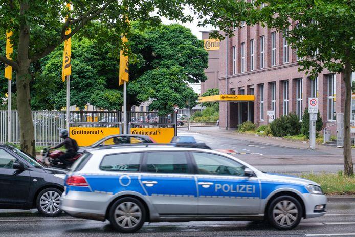 Een politiewagen aan het hoofdkwartier van Continental in Hannover.