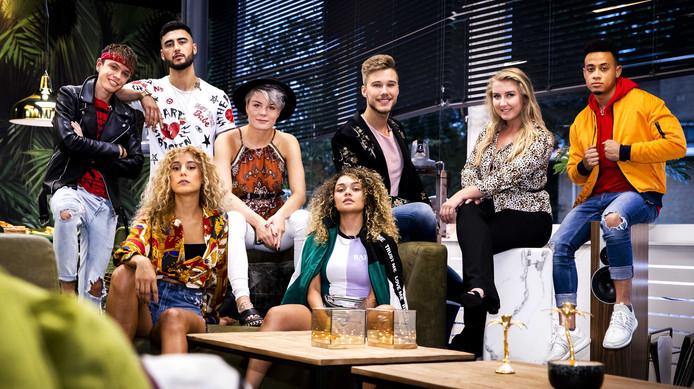 Groepsfoto van de deelnemers aan het realityprogramma House of Talent. In het SBS6-programma gaan acht muzikale talenten in de voormalige radio- en televisiestudio van de AVRO samenwonen om vandaaruit aan hun solocarrière te werken.