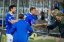 Stefano Beltrame viert zijn treffer met de fans van FC Den Bosch.