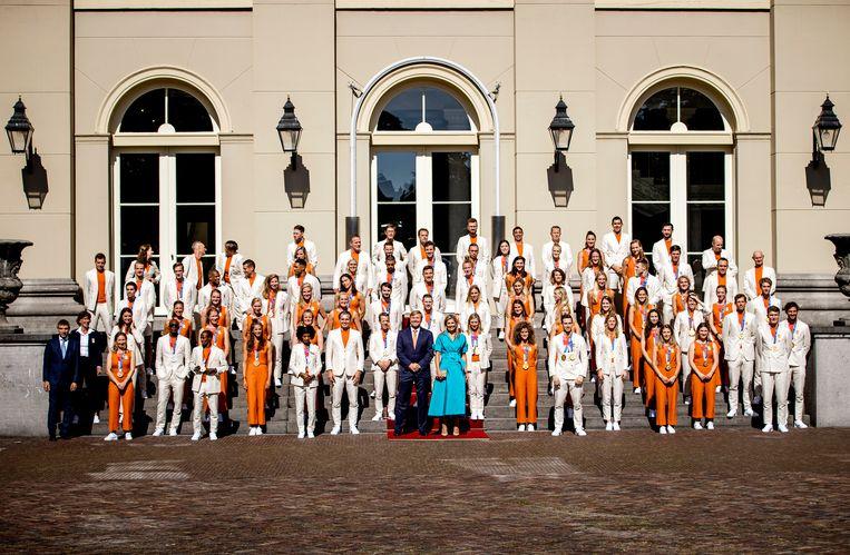 Koning Willem-Alexander en koningin Máxima samen met de medaillewinnaars op het bordes van Paleis Noordeinde. Beeld ANP