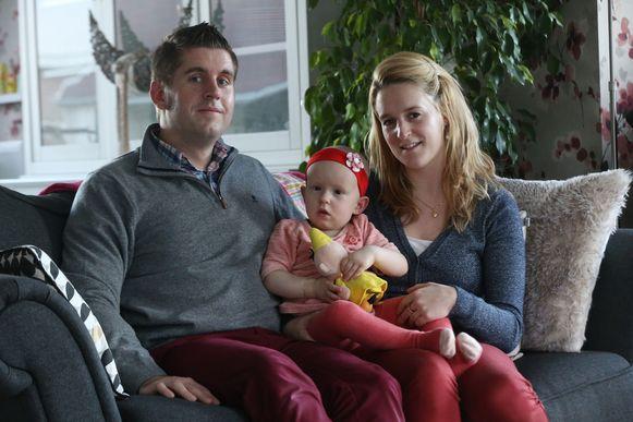 In afwachting van een nieuwe, peperdure behandeling verblijft kleine Line thuis bij papa Kenny en mama Kimberly.