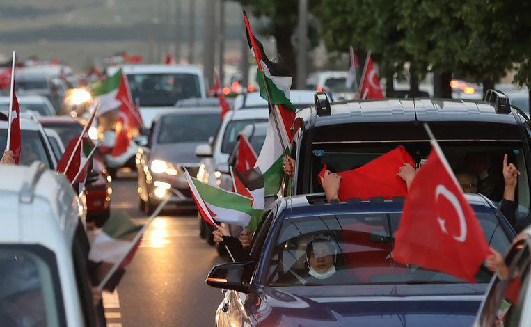 Turkse en Palestijnse vlaggen in de straten van Ankara.  Beeld AFP