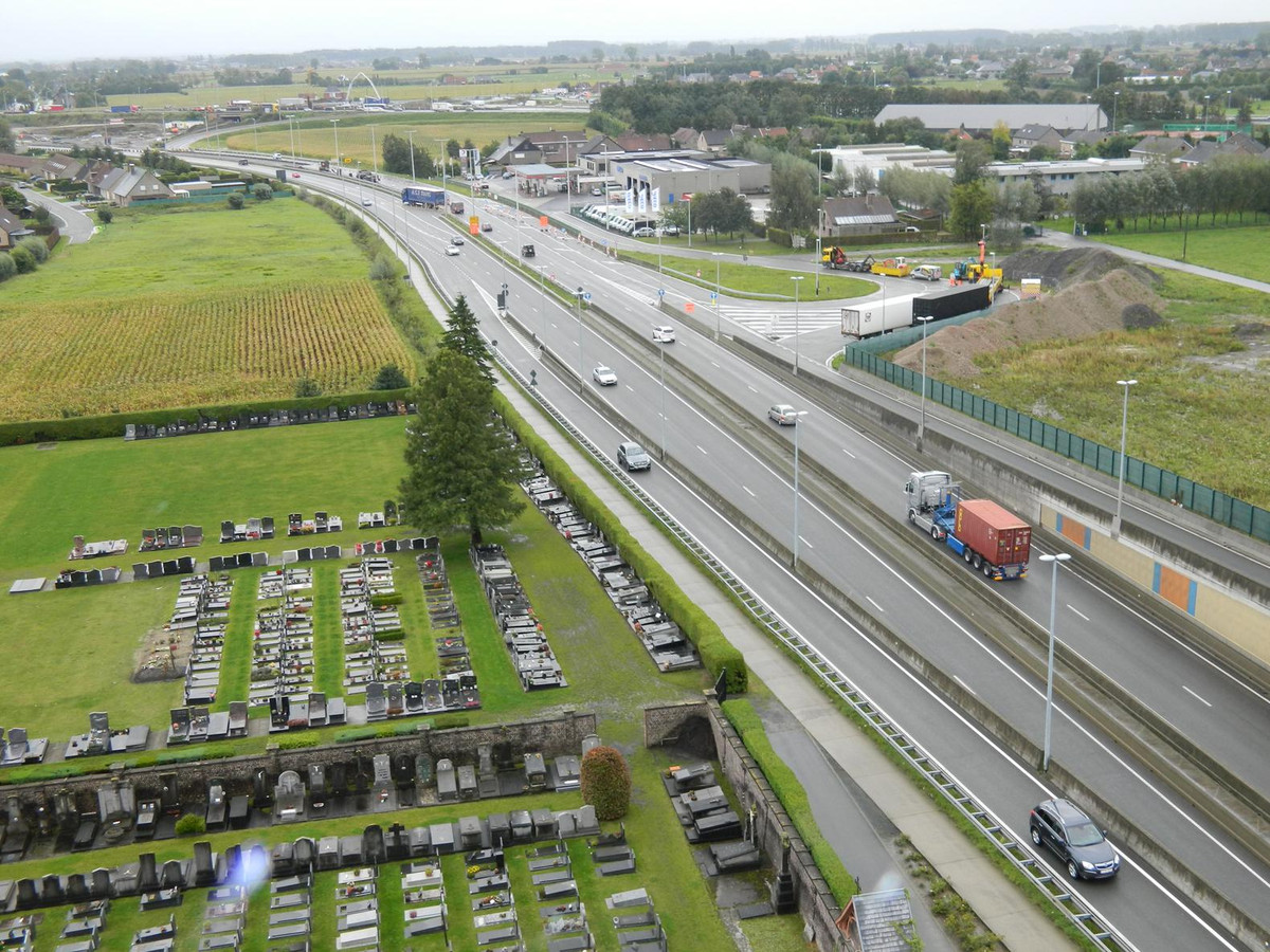 De Knokkeweg (N44) met de werken aan de E40 op de achtergrond.