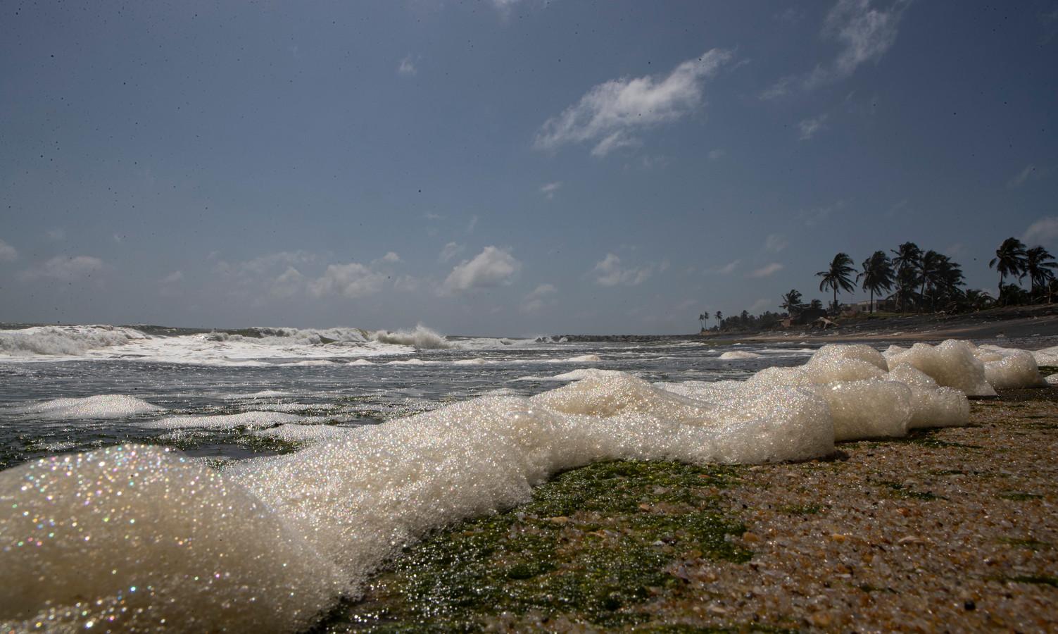 Chemisch schuim op het strand door de chemicaliën.