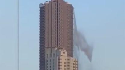 Water gutst uit zwembad op dak van wolkenkrabber tijdens aardbeving