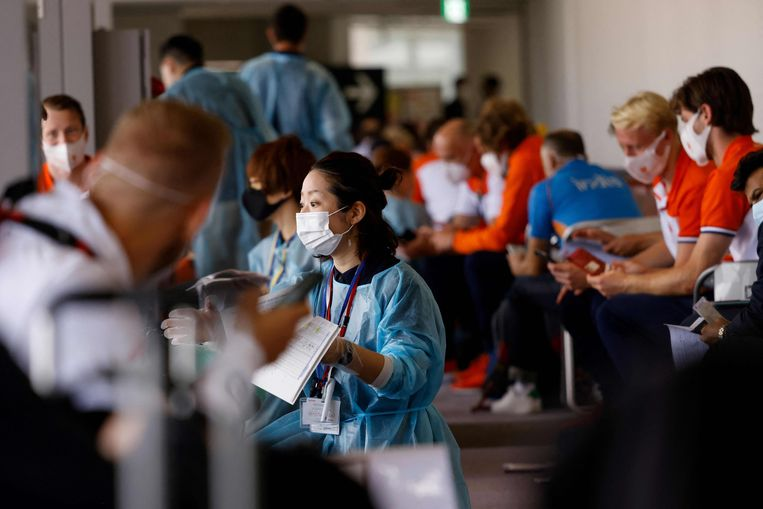 Leden van de Nederlandse olympische delegatie wachten op het vliegveld tot zij worden toegelaten tot Tokio.   Beeld AFP