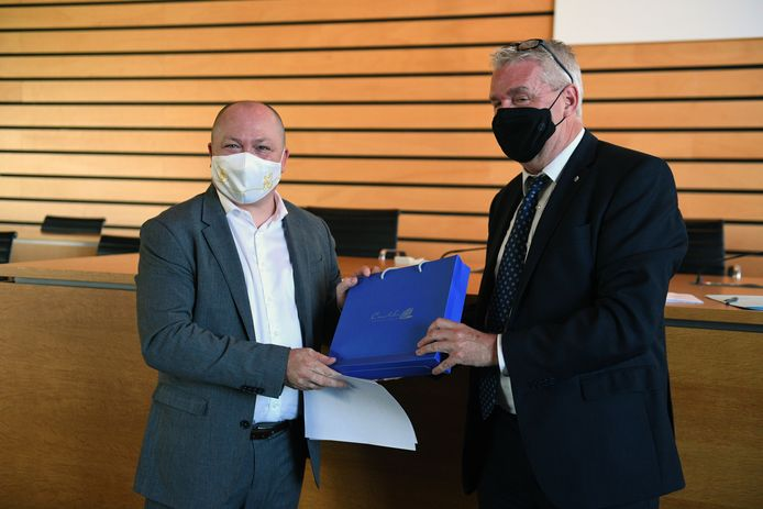 Steve Claeys legt als nieuwe burgemeester van Machelen de eed af voor gouverneur Jan Spooren.