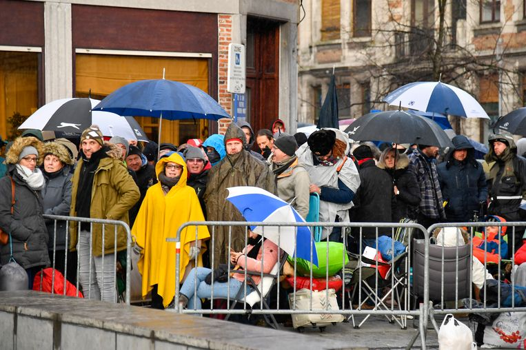 Een koude, natte nacht met er 's ochtends nog wat regen bovenop. Iedereen wacht vol spanning op de toegang tot de Grote Markt.
