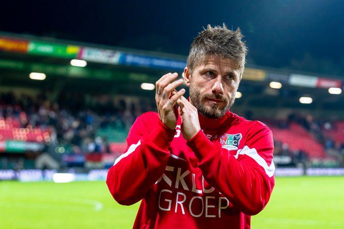 Lasse Schöne bedankt teleurgesteld het publiek na de 0-3-nederlaag van NEC tegen FC Utrecht.