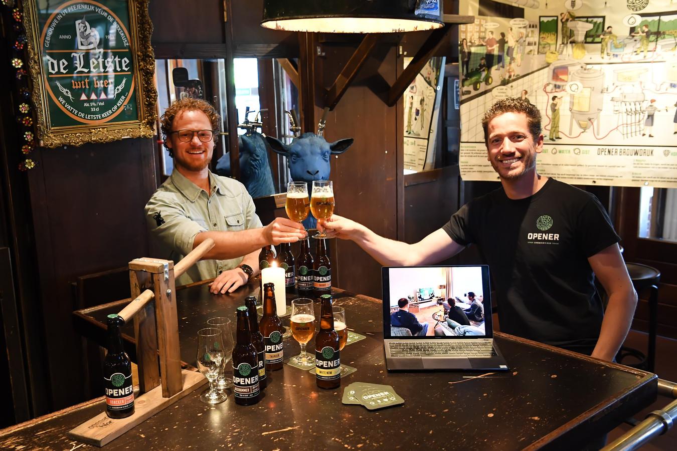 Online bierproeverij bij Den Hamse Bok. Links café-eigenaar Ferry van Kessel en rechts Frank Wouters van bierbrouwerij Opener. Op het scherm een groepje thuisproevers.