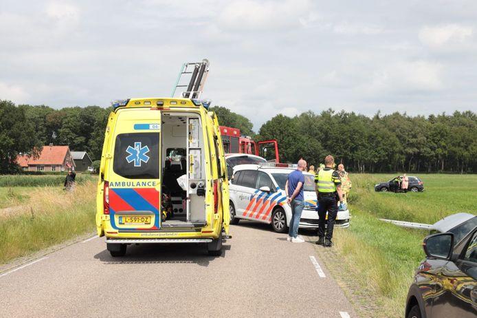 Een auto is vanmiddag na vermoedelijke een onwelwording in een sloot terecht gekomen. De bestuurder van de auto is overleden.