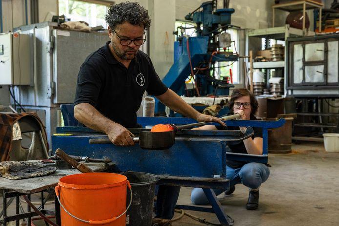 Marco Lopulalan werkt samen met zijn echtgenote aan het Oranjevaasje.