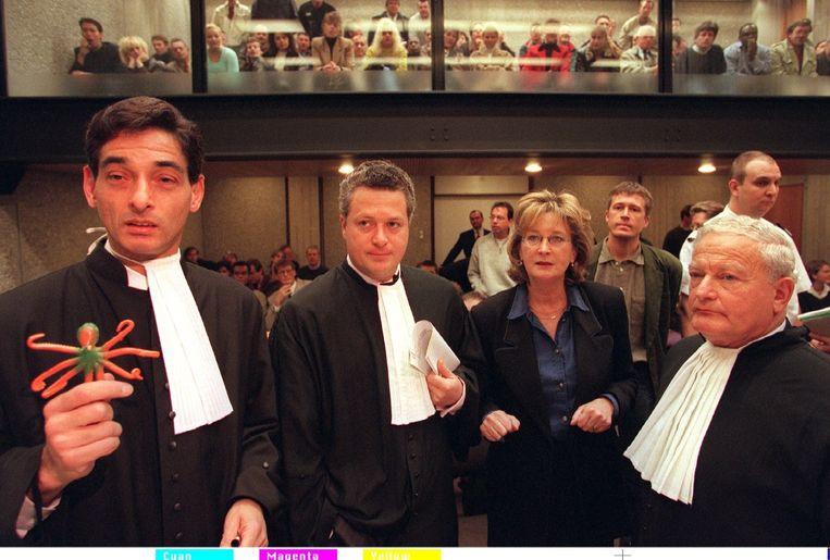 Advocaten Spong, Bram Moszkowicz en Max Moszkowicz sr. bij de rechtszaak tegen Johan V. alias de Hakkelaar in 1996. Beeld anp