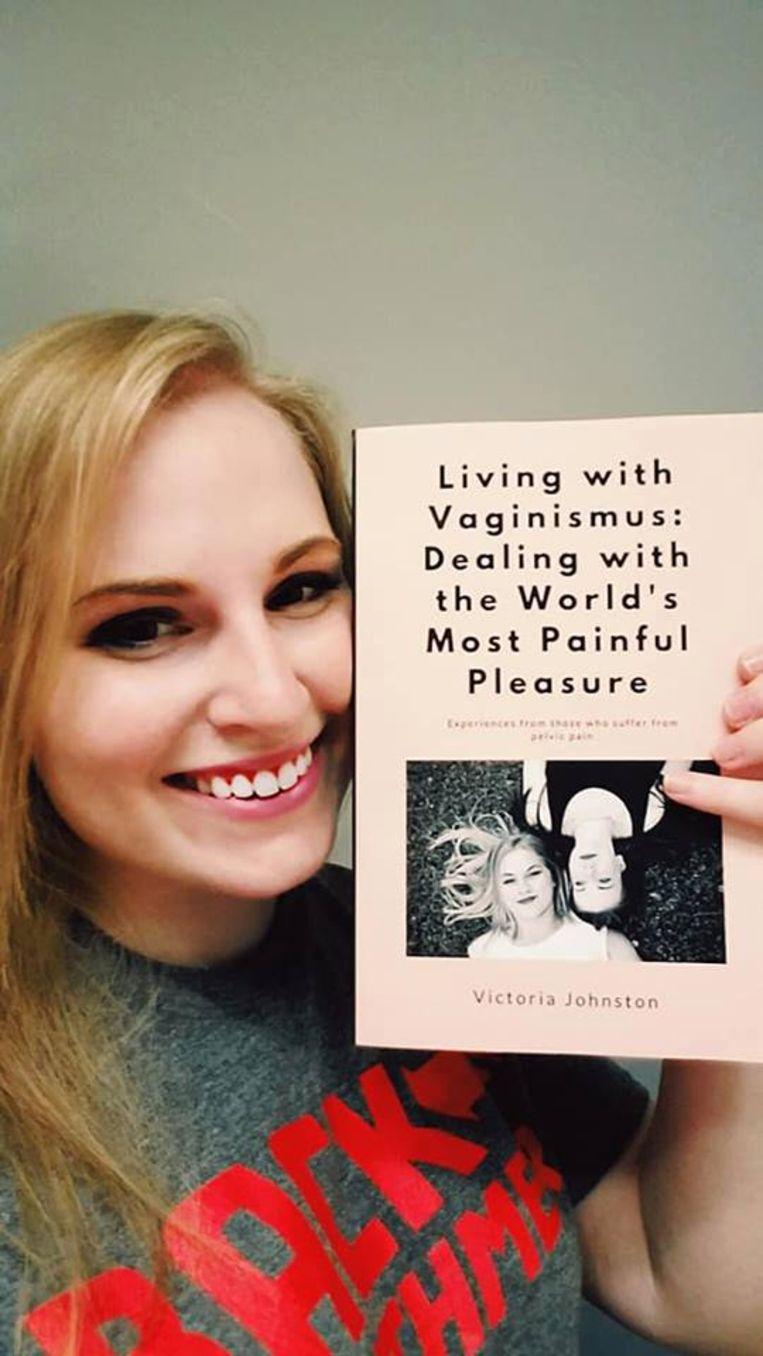 Victoria met haar boek over vaginisme.