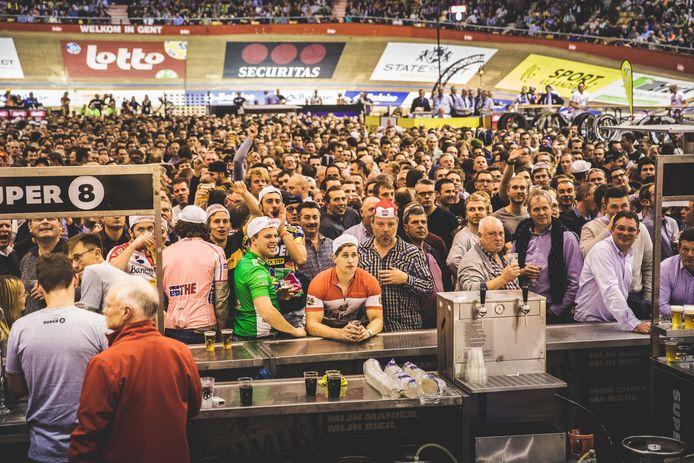Een typisch beeld van de Zesdaagse: een vol middenplein, volle tribunes, en renners op de baan. Dat kan nu uiteraard niet.
