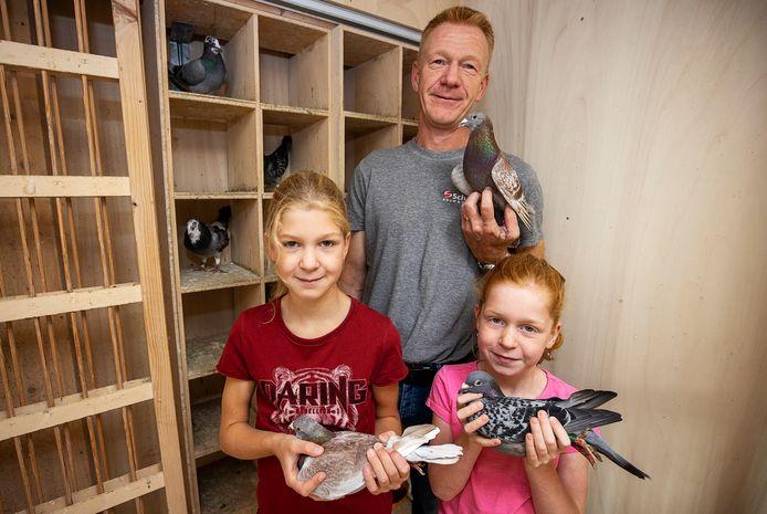 Lieke (l)  en Iris Schreuder zijn net als hun vader Jan, die voorzitter is van de Vredesbode, bevlogen van de duivensport.