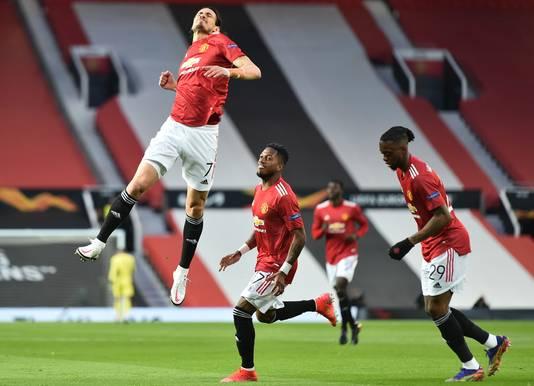 Edinson Cavani springt na zijn goal tegen Granada CF een gat in de lucht.