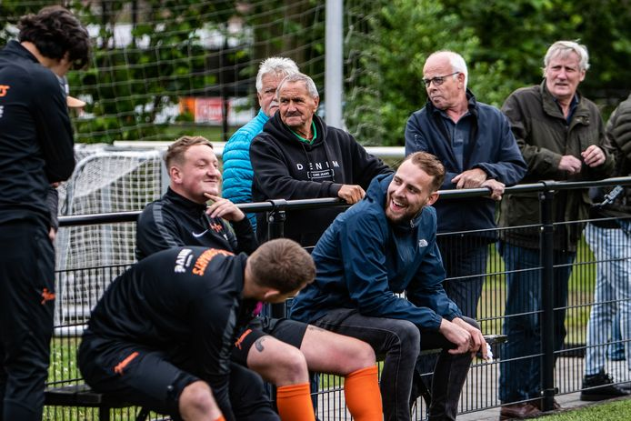 Tijdens de oefenwedstrijd in Twello tussen Voorwaarts en Schalkhaar gaat het er ontspannen aan toe. Staand (midden) Henk Massink met rechts Arra Hulzebos.