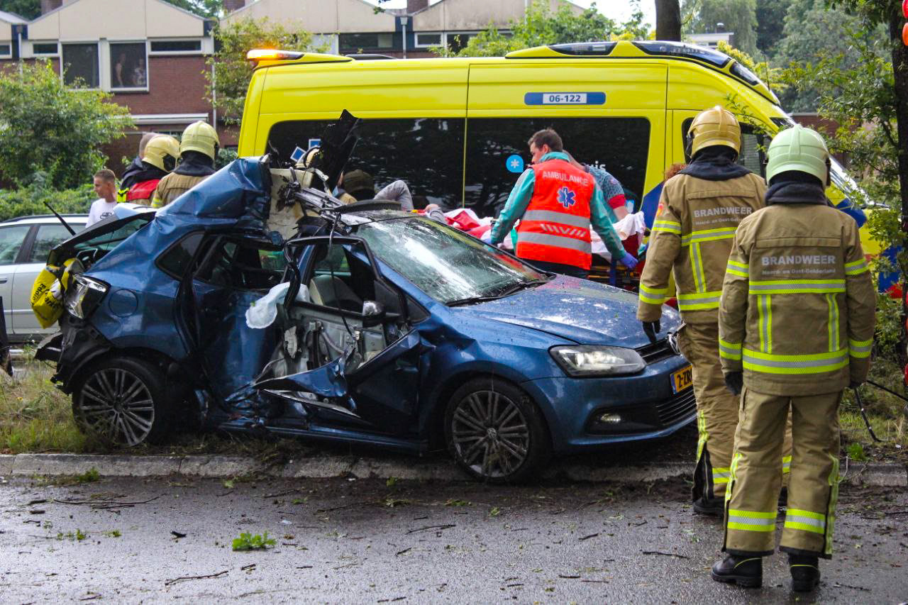De bestuurder werd door de brandweer uit de auto bevrijd.