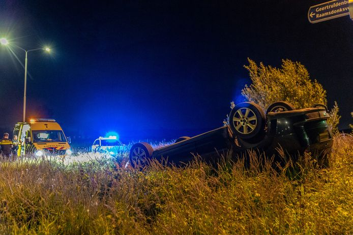 Auto ondersteboven op rotonde in Made
