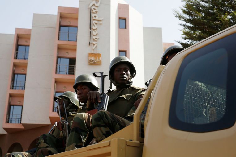 De Malinese presidentiële garde voor het Radisson Blu-hotel de dag na de aanslag in 2015. Beeld AP