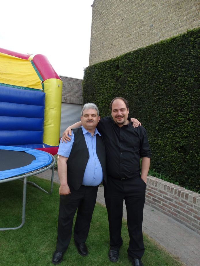 Franky (links) en Patrick Vansteelandt twee jaar geleden. Toen woog Patrick nog 120 kilogram.