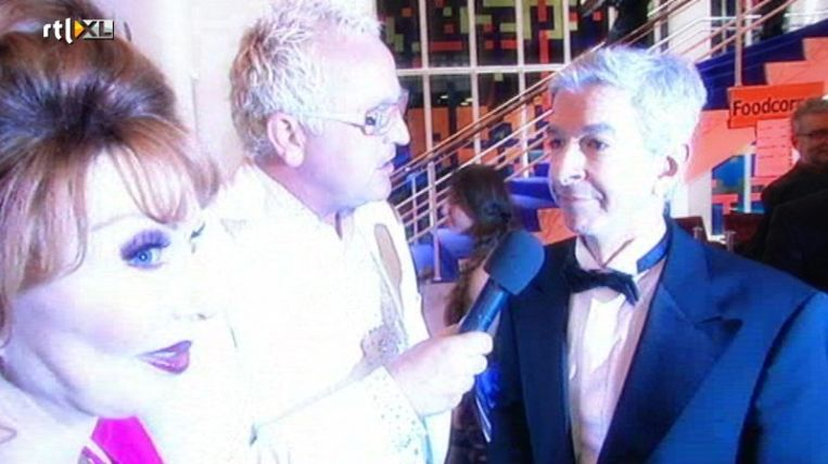Gordon interviewt politicus Ronald Plasterk in Glitter Glamour Gordon. Beeld