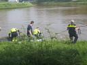 De politie zoekt met twee bootjes in Emmeloord, in de hoop naast vier gevonden hondenpootjes meer delen van de hond aan te treffen.