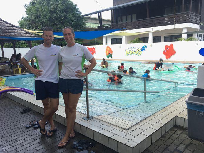 Carien en Teun de Ridder bij hun zwembad in Paramaribo. Ze zouden daar in 2006 drie maanden blijven om een opleiding voor zweminstructeurs op te zetten, maar gingen er nooit meer weg.