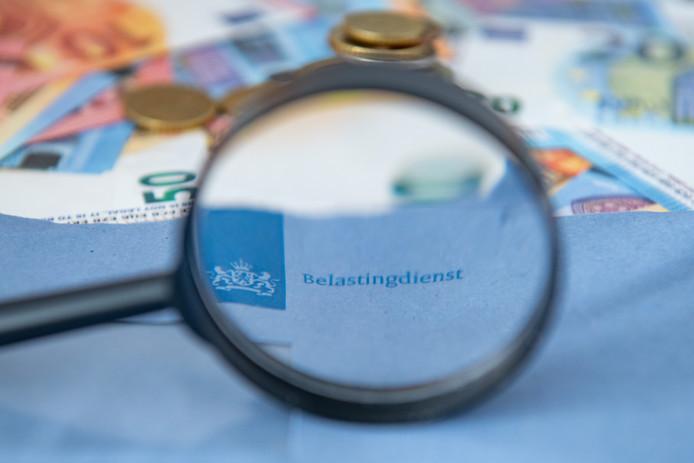Belastingdienst, blauwe envelop, loep, euro, toeslag, toeslagen, belastingtoeslag