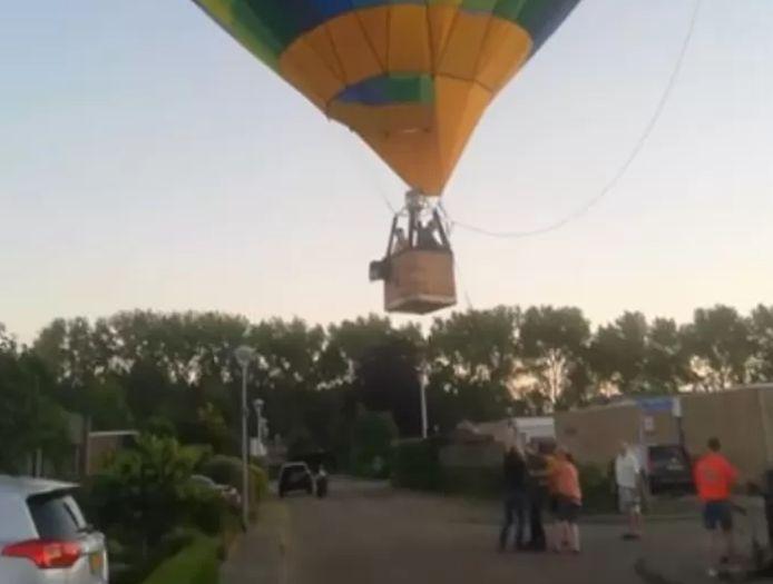 Luchtballon landt middenin Bossche woonwijk.