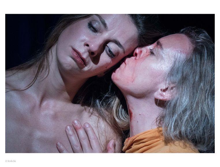 Laurence Roofthooft en Sofie Decleir spelen twee zussen die elkaar ontmoeten bij het graf van hun moeder.  Beeld kvde.be
