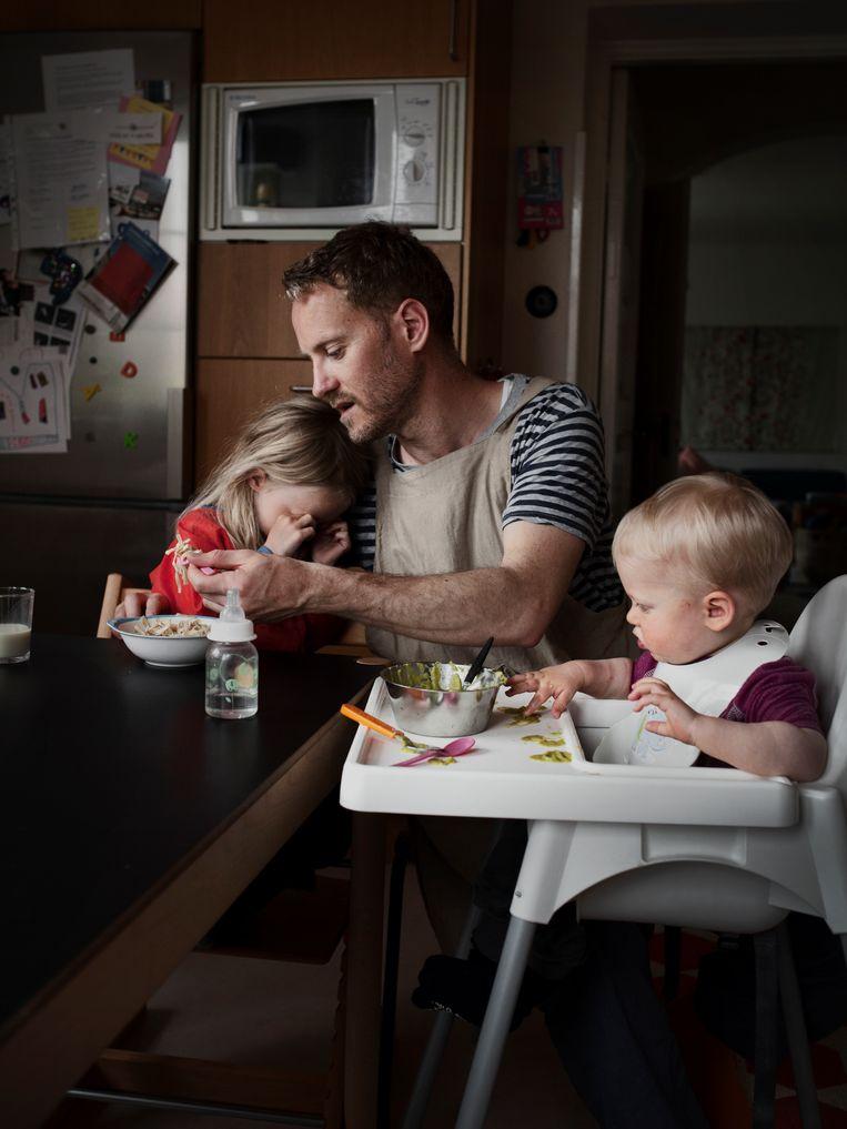 De Zweed Juan Cardenal neemt achttien maanden vaderschapsverlof om te zorgen voor zijn kinderen. Het land wordt geroemd om zijn sociale stelsel. Beeld Johan Bävman/INSTITUTE