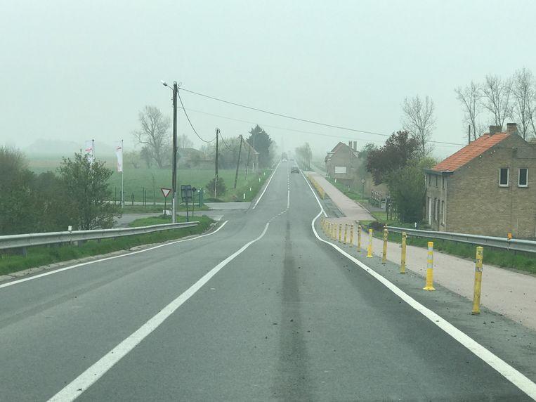 Eenmaal de brug over gaat het om een kilometerslange kaarsrechte weg, waar veel te hard wordt gereden.