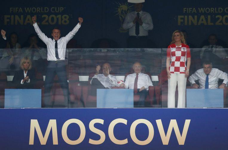 De Franse president Emmanuel Macron en zijn Kroaatse collega president Kolinda Grabar-Kitarovic wonen de prijsuitreiking bij.