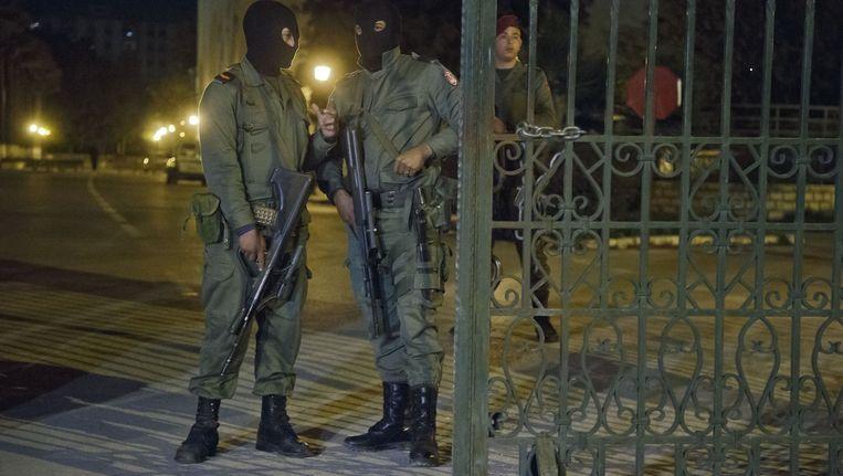 Tunesische veiligheidsagenten houden de wacht voor het Bardomuseum in Tunis. Beeld ap