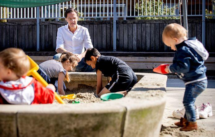 Minister-president Mark Rutte bezocht op 10 april een kinderopvang in Pijnacker. Medewerkers zorgen er voor kinderen van ouders met vitale beroepen.