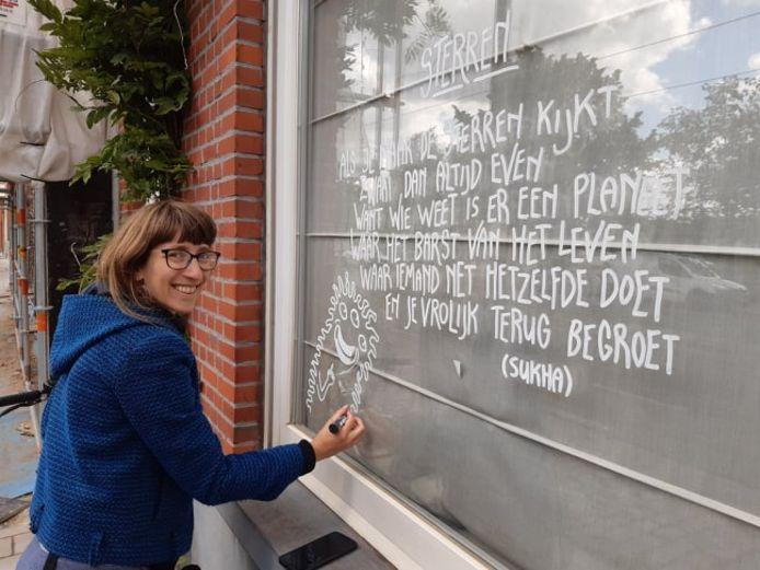 Leslie tekende een week lang op de ruiten van de Bloemekenswijk.