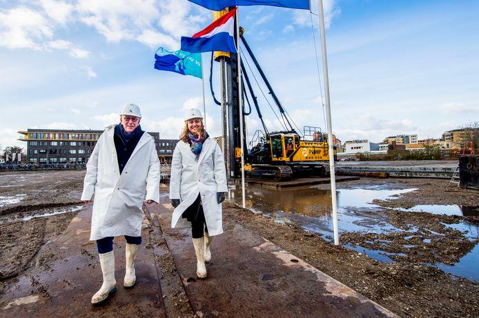 Wethouders Harriët Westerdijk en Nico van Veen mochten symbolisch de eerste paal voor het nieuwe zwembad slaan.