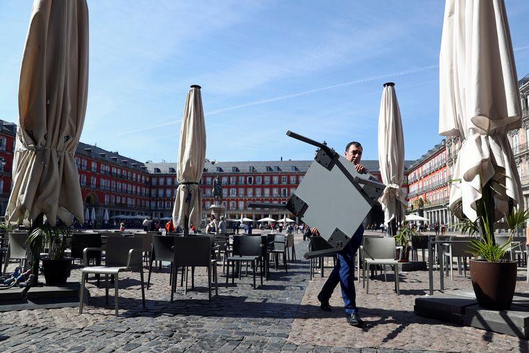 De terrassen worden afgebroken op Plaza Mayor in Madrid.  Beeld Reuters
