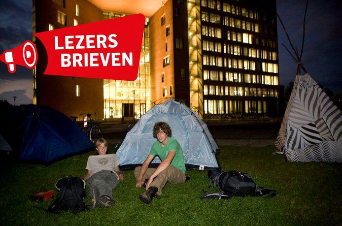 Tientallen Wageningse studenten vragen aandacht voor de kamernood. Zij wonen op een camping of bungalowpark.