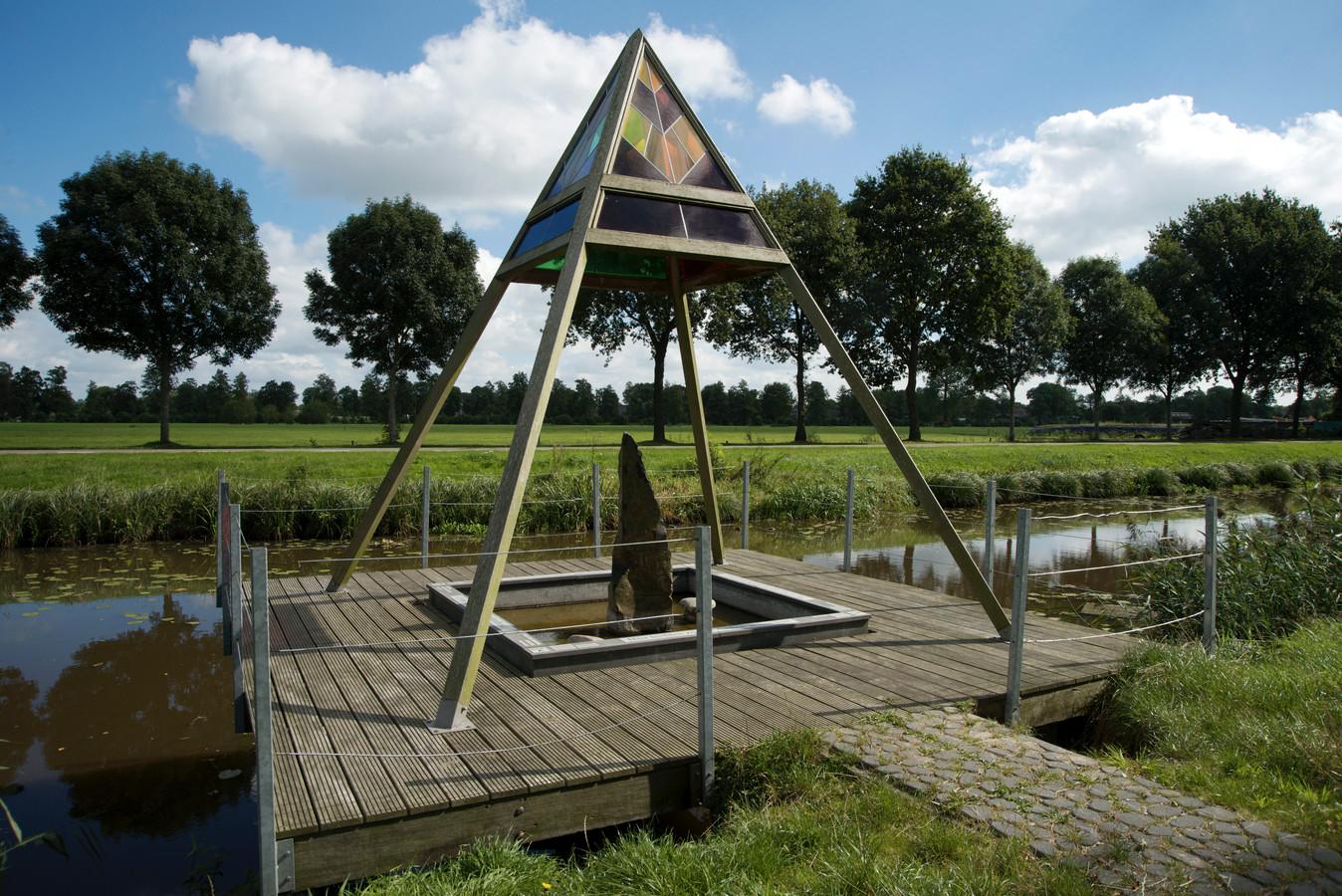 Het gedenkteken aan het Conradkanaal in Rouveen. Achter de bomen aan de overkant van het kanaal was vroeger het kamp. Archieffoto Frank Uijlenbroek.
