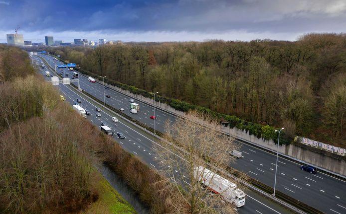 Dronefoto van de A27 bij Amelisweerd. Om het traject te kunnen verbreden moet een deel van natuurgebied Amelisweerd verdwijnen.