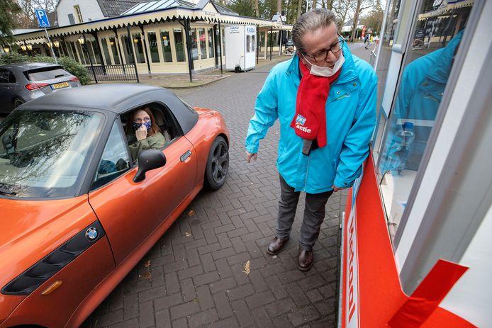 Beeld van de eerste stakingsactie  eind januari door medewerkers van DAF en ASML. Medewerkers schrijven zich in in de 'staakstraat' op het parkeerterrein van het Parktheater in Eindhoven.