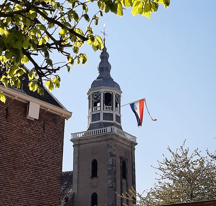 Er lijkt niet volop gevlagd te worden. Aan de Grote Kerk in Almelo hangt echter wel de driekleur.
