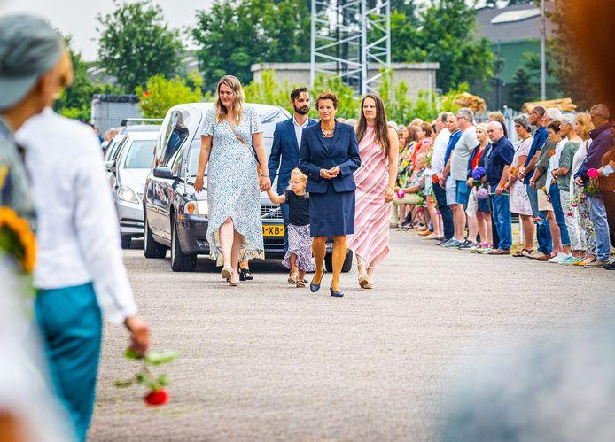 Veel mensen verzamelden zich voor de sportschool van Philène van Essen in Strijen voor een laatste groet.