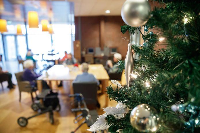 Omdat Avoord bewoners vraagt kerst dit keer niet buiten de deur te vieren, heeft de organisatie wel extra energie gestoken in een feestelijke aankleding van haar locaties. Hier een kerstboom bij Het Anbarg.