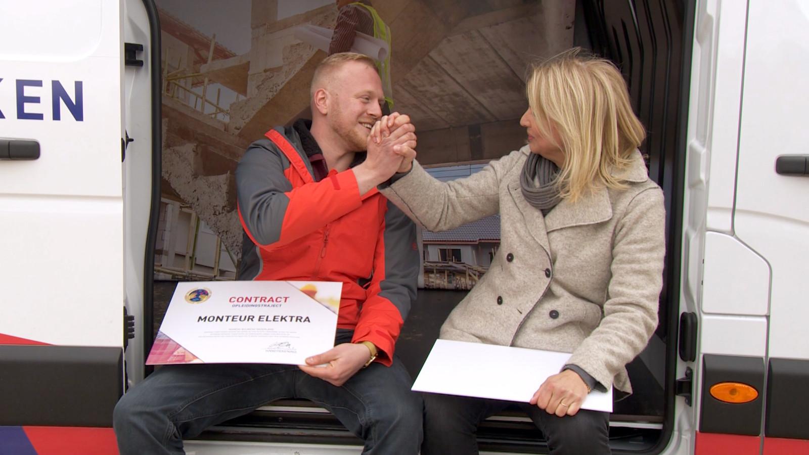 Screenshot RTL-programma Je Gaat Het Maken, waarin Max Falter zijn contract ontvangt. Deze foto is vorig jaar genomen, nog voor de coronamaatregelen werden ingevoerd.
