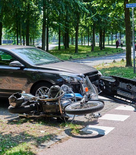 Flinke schade bij botsing tussen auto en motor in Breda