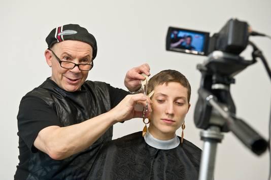 YouTube-kapper Theo Knoop knipt een model in zijn nieuwe trainingscentrum in gebouw De Splendor aan de St. Annastraat in Nijmegen.